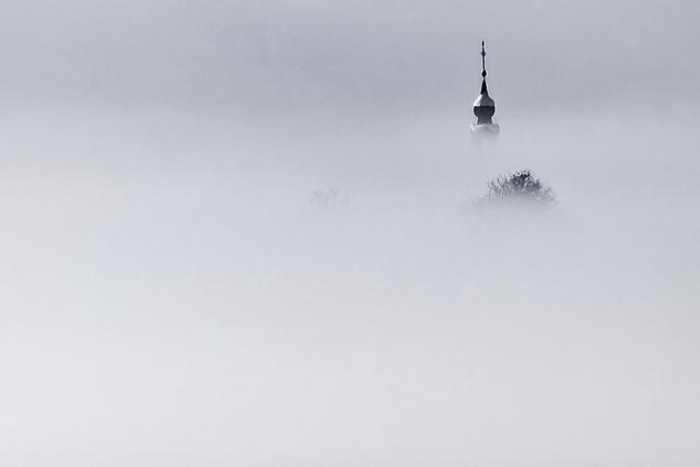 Cerkvica v megli