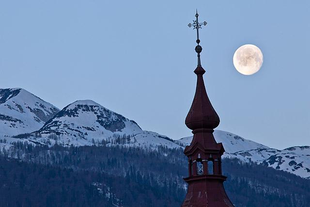 Cerkev in luna