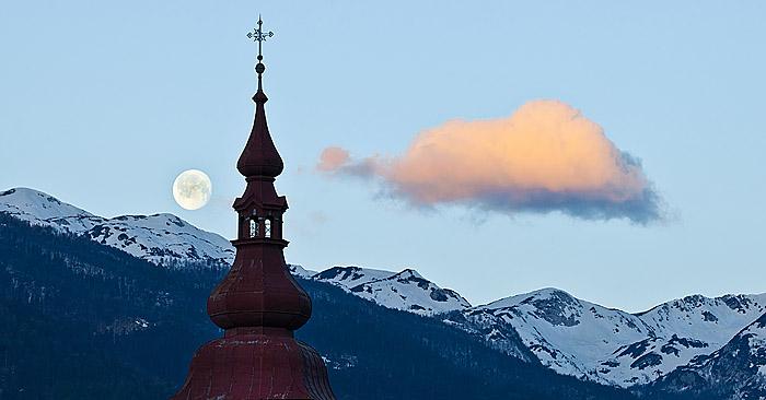 Fotoštudija: Luna in cerkev v Bitnjah, Bohinj