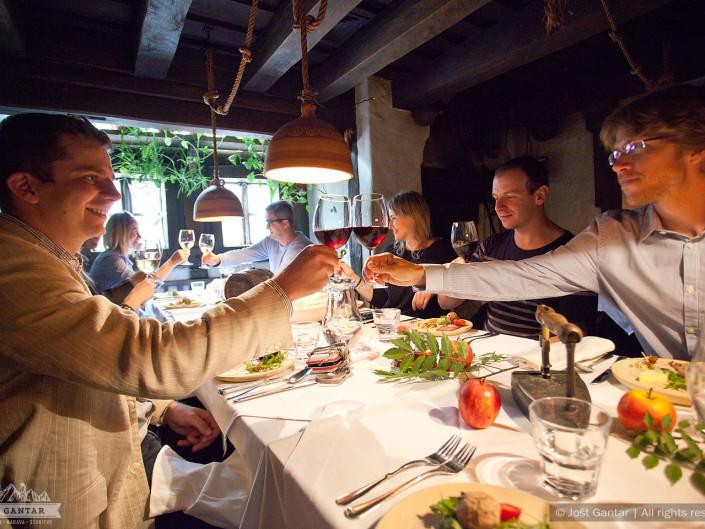 Fotografiranje delovne skupine s Poljske na poslovnem obisku. Gostilna Lectar, Radovljica. Naročnik: Pracownia Przygod