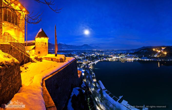 Blejski grad in polna luna.