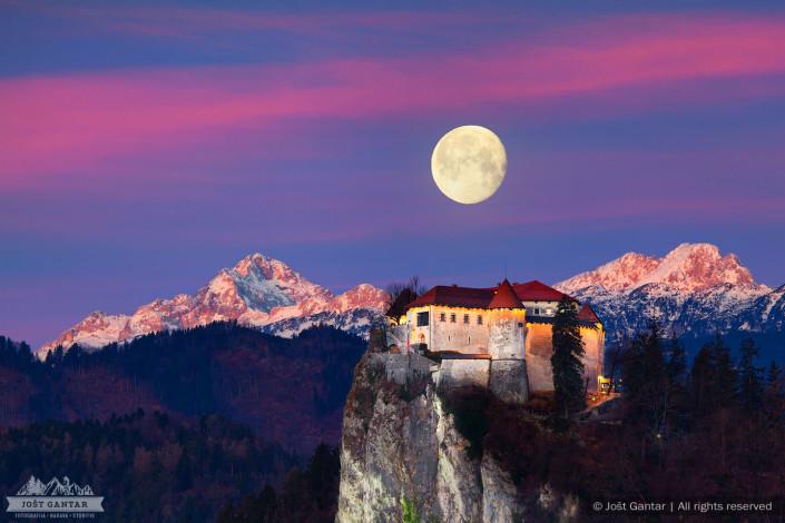 Blejski grad, Triglav in luna.