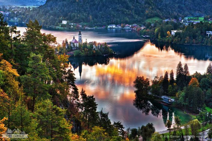 Jutranje barve odsevajo na Blejskem jezeru.