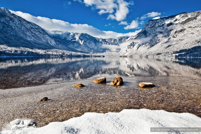 Popoln zimski dan v Bohinju.